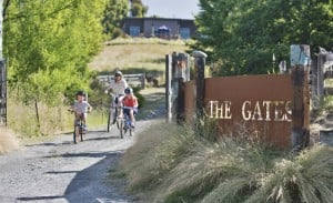 Gates Accommodation Mapua Nelson holiday cyclists drive entranceway (1000x609)